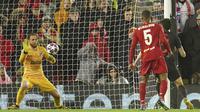 Kiper Atletico Madrid, Jan Oblak menahan bola tendangan striker Liverpool, Roberto Firmino pada pertandingan leg kedua 16 besar Liga Champions di Anfield, Inggris (11/3/2020). Oblak melakukan sembilan penyelamatan dipertandingan ini dan membawa atletico ke perempat final. (AP Photo/Jon Super)
