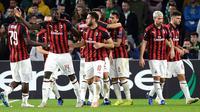 Penyerang AC Milan, Suso (ketiga kiri) berselebrasi bersama rekannya usai mencetak gol ke gawang Real Betis di menit  62 selama grup F Liga Europa di stadion Benito Villamarin, Sevilla (8/11). Milan menahan imbang Betis 1-1. (AFP Photo/Cristina Quicler)