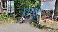 Potret jembatan biru yang berada di Kampung Utan, Kelurahan Pondok Jaya, Kecamatan Cipayung, Kota Depok, Kamis (17/12/2020).Di lokasi ini, viral sosok diduga kuntilanak membonceng sepeda motor. (Liputan6.com/Dicky Agung Prihanto)