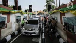 Pengunjung bermobil dan bersepeda motor antre untuk masuk ke Taman Mini Indonesia Indah (TMII), Jakarta, Sabtu (15/5/2021). Selama libur Lebaran, pengelola TMII memberlakukan protokol kesehatan secara ketat. (Liputan6.com/Faizal Fanani)
