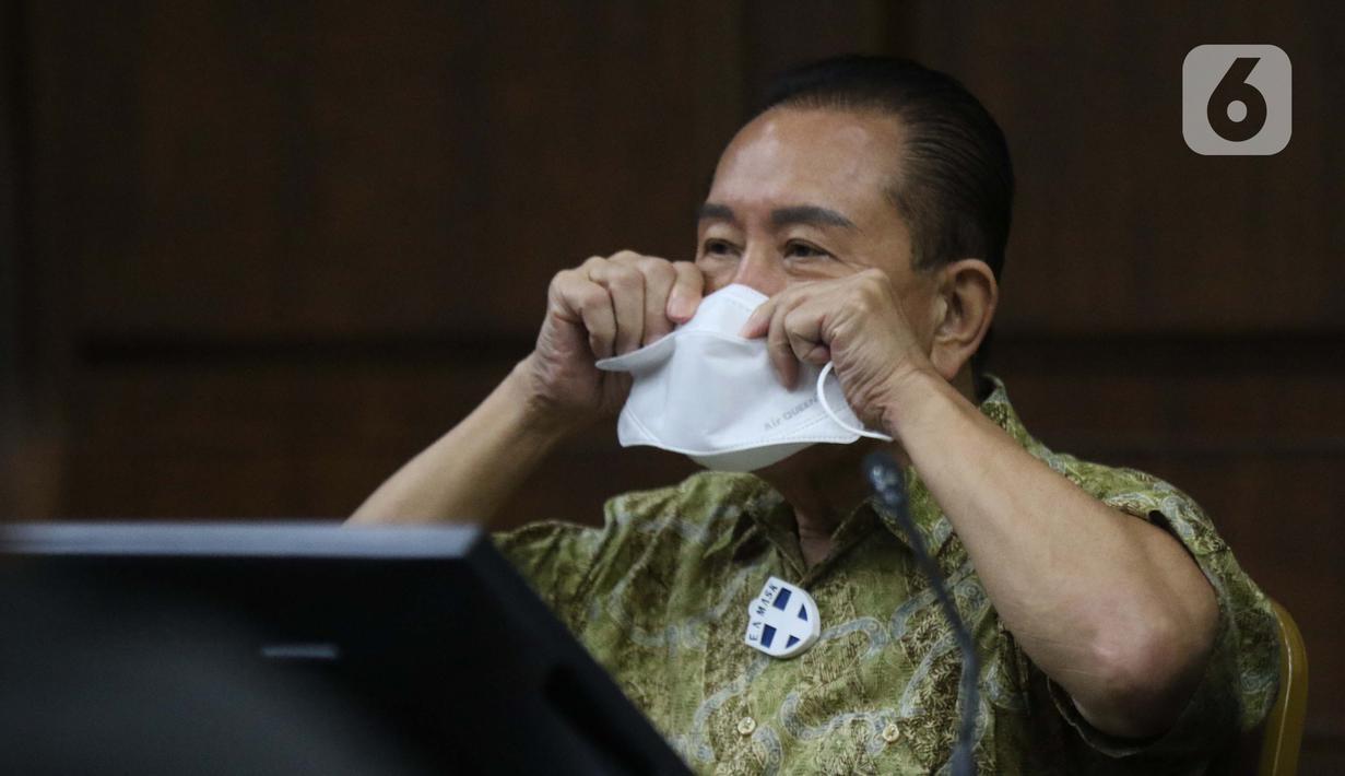 Terdakwa suap penghapusan nama terpidana perkara pengalihan hak tagih atau cessie Bank Bali dari daftar red notice Polri, Djoko S Tjandra mengenakan masker saat menjalani sidang di Pengadilan Tipikor Jakarta, Kamis (19/11/2020). Sidang mendengar keterangan saksi. (Liputan6.com/Helmi Fithriansyah)