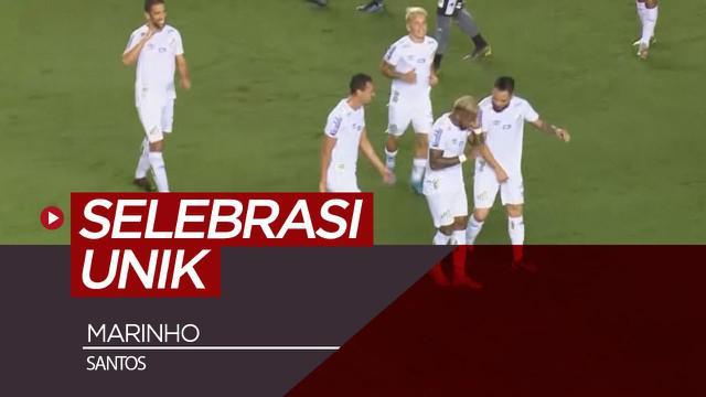 Berita video momen pemain Brasil di klub Santos, Marinho, melakukan selebrasi gol yang unik, yaitu meniru gaya wasit saat menggunakan VAR (Video Assistant Referee).