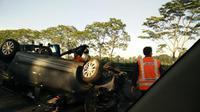 Lancarnya lalu lintas Jakarta pagi ini diwarnai kecelakaan minibus terbalik di ruas Tol Jagorawi, Cibubur.