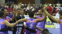 Para pemain BNI 46 merayakan kemenangan 3-2 atas Palembang Bank SumselBabel pada laga putaran pertama final four Proliga 2019 di GOR Joyoboyo Kediri, Jawa Timur, Minggu (10/2/2019). (foto: Humas PBVSI)