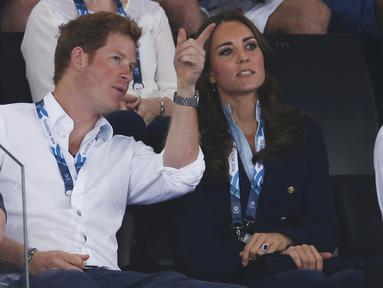 Kate Middleton dan Pangeran Harry terlihat sangat akrab saat menyaksikan pertandingan renang di Skotlandia, Senin (28/7/14). (REUTERS/Phil Noble)