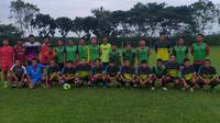 Beberapa pilar Persik Kediri yang tergabung dalam komunitas pemain asal Kediri, Regas FC, saat melakoni uji coba dengan klub lokal. (Bola.com/Gatot Susetyo)