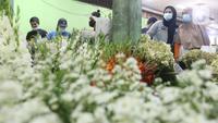 Warga memilih bunga potong untuk hiasan Lebaran di Rawa Belong, Jakarta Barat, Rabu (12/6/2021). Menyambut Hari Raya Idul Fitri 1442 H, banyak warga memburu bunga potong untuk menghias rumah. (Liputan6.com/Angga Yuniar)