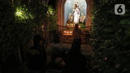 Jemaat umat kristiani melaksanakan Malam Misa Natal di Gereja Katedral Santo Petrus Bandung, Jawa Barat, Kamis (24/12/2020). Pohon Natal setinggi 16 meter yang selalu hadir menghiasi halaman gereja menjelang Hari Raya Natal ditiadakan. (Liputan6.com/Herman Zakharia)