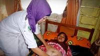 Petugas Kesehatan memeriksa ibu hamil. Foto: jhpiego.org
