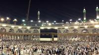 Umat muslim mengelilingi Kabah saat melakukan ibadah haji di Masjidil Haram, Mekah, Arab Saudi (28/8). Umat Muslim dari berbagai negara setiap tahunnya melaksanakan ibadah haji pada tanggal 8-12 Dzulhijjah. (AP Photo / Khalil Hamra)