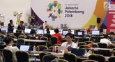 Sejumlah pewarta baik dalam maupun luar negeri beraktivitas di ruang pusat media Asian Games 2018 di JCC, Jakarta, Selasa (14/8). Asian Games 2018 berlangsung hingga 2 September mendatang. (Liputan6.com/Helmi Fithriansyah)