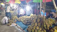 Deretan tumpukan durian yang dijajakan di kawasan Tugu Juang Sipin, Kota Jambi.