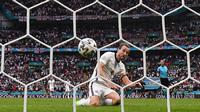 Pemain Timnas Inggris Harry Kane mencetak gol kedua Inggris dalam pertandingan babak 16 besar Euro 2020 antara Inggris melawan Jerman di Stadion Wembley di London, Selasa (29/6/2021). (Foto: AFP/Pool/Justin Tallis)