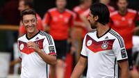 Mesut Ozil dan Sami Khedira ketika masih membela timnas Jerman. (AFP/Patrik Stollarz)