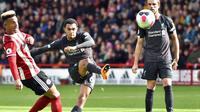 Bek Liverpool, Trent Alexander-Arnold, melepaskan tendangan saat melawan Sheffield United pada laga Premier League di Stadion Bramall Lane, Sabtu (28/9). Liverpool menang 1-0 atas Sheffield United. (AP/Rui Vieira)
