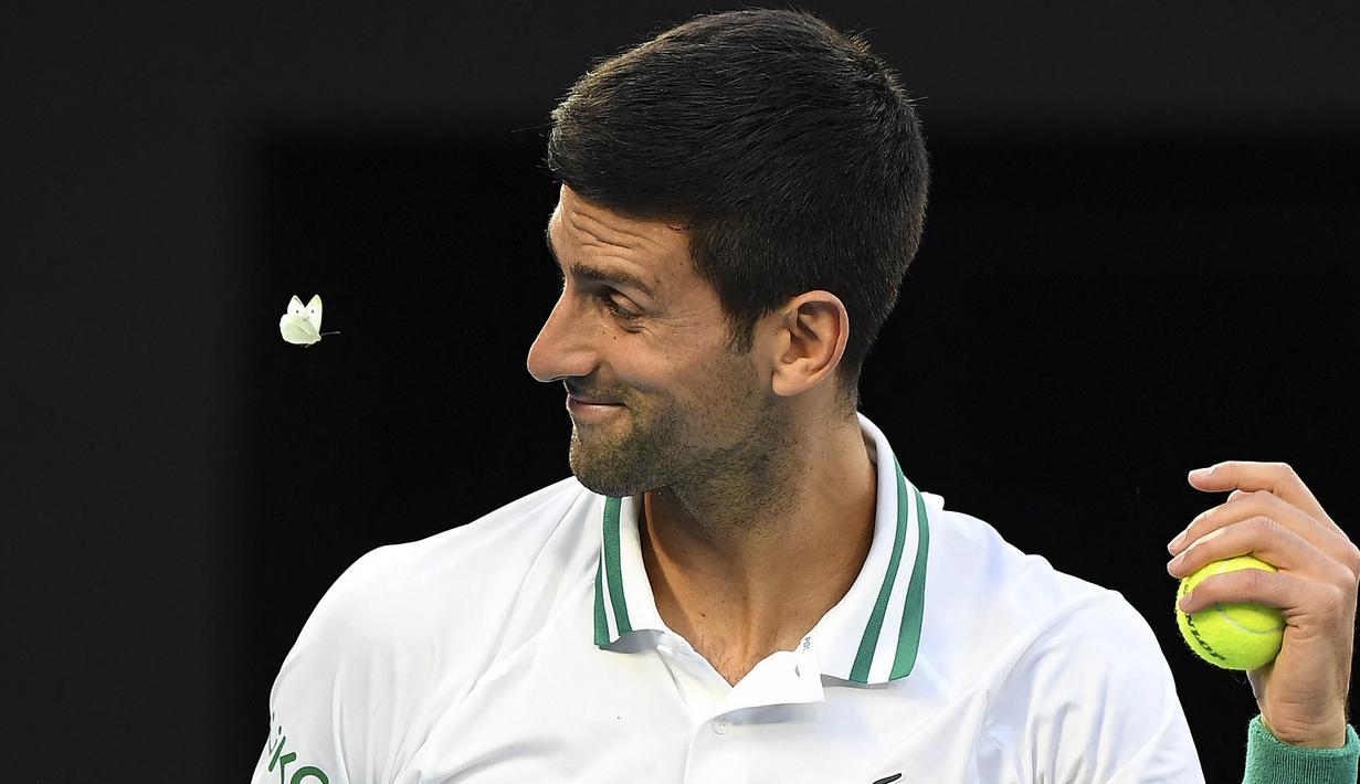 Seekor kupu-kupu berusaha menghampiri Novak Djokovic yang sedang melakukan pertandingan melawan Aslan Karatsev. (Foto: AFP/William West)