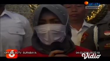 Polrestabes Surabaya berhasil menangkap dan mengamankan pengguna akun Facebook yang diduga menghina Wali Kota Surabaya, Tri Rismaharini pada hari Jumat (31/1). Di hadapan awak media, pelaku yang berinisal ZK (43) meminta maaf atas tindakan yang ia la...