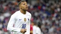Kylian Mbappe - Talenta muda ini digadang-gadang bakal bersinar bersama Prancis di Euro 2020. Namun yang terjadi sebaliknya, Mbappe justru menjadi biang tersingkirinya Les Blues dari pesta sepak bola Benua Biru itu setelah gagal mengeksekusi tendangan penalti melawan Swiss.(AP/Francois Mori)