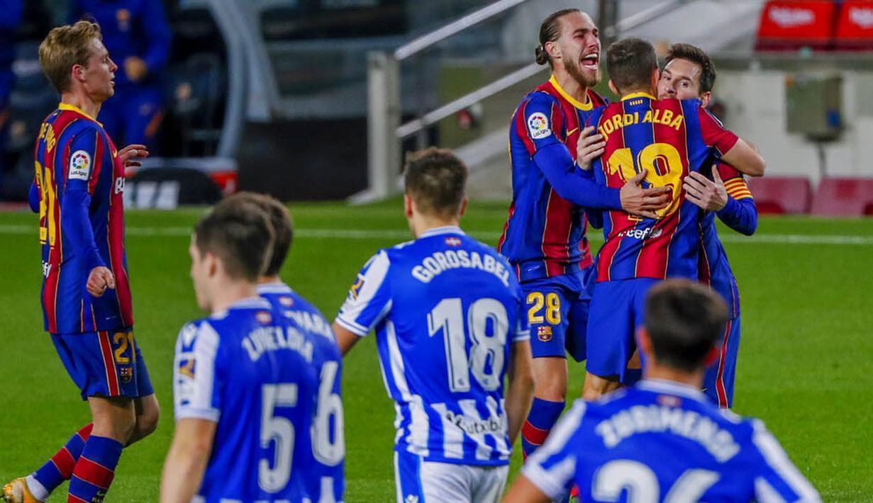 Para pemain Barcelona merayakan gol yang dicetak oleh Jordi Alba ke gawang Real Sociedad pada laga Liga Spanyol di Stadion Camp Nou, Kamis (17/12/2020). Barcelona menang dengan skor 2-1. (AP/Joan Monfort)