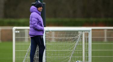 Pelatih Tottenham Hotspur, Jose Mourinho melihat para pemainnya mengikuti sesi latihan tim di Pusat Pelatihan Enfield Tottenham Hotspur, di London utara (10/12/2019). Tottenham akan bertanding melawan wakil Jerman, Bayern Munchen pada Grup B Liga Champions. (AFP/Isabel Infantes)