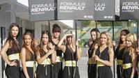 Umbrella girl memeriahkan balapan pertama seri kelima Formula Renault 2.0 Eurocup Hungaria di Sirkuit Hungaroring, Sabtu (1/7/2017). Pebalap Indonesia, Presley Martono, menjadi salah satu peserta pada balapan. (Bola.com/Reza Khomaini)