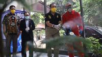 Plt. Dirjen Binwasnaker & K3 Iswandi Hari saat meninjau penyemprotan disinfektan di PT. Martina Berto, di Jakarta, Kamis, (2/4).
