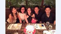 Sarah Noon merayakan ulang tahunnya bersama Rio Haryanto dan teman-temannya. (Facebook/Sarah Noon)