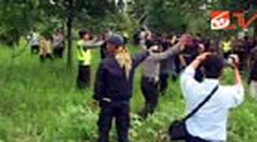 Gara gara rebutan lahan yang berasal dari harta warisan, sebuah keluarga di Bogor, Jabar, mengerahkan orang-orang bayaran untuk menyerang lawannya. Beruntung kerusuhan dapat diredam polisi.
