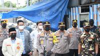Kakorlantas Polri Irjen Istiono membagikan 450 paket sembako kepada para pemulung yang terdampak PPKM Level 4 di kawasan Pulo Gadung,
