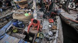 Nelayan memasak makanan usai melaut di Kampung Nelayan Cilincing, Jakarta Utara, Selasa (8/6/2021). Rata-rata sampah laut yang mencemari kawasan pesisir berjenis plastik, busa dan styrofoam yang sulit terurai hingga 450 tahun. (merdeka.com/Iqbal S. Nugroho)