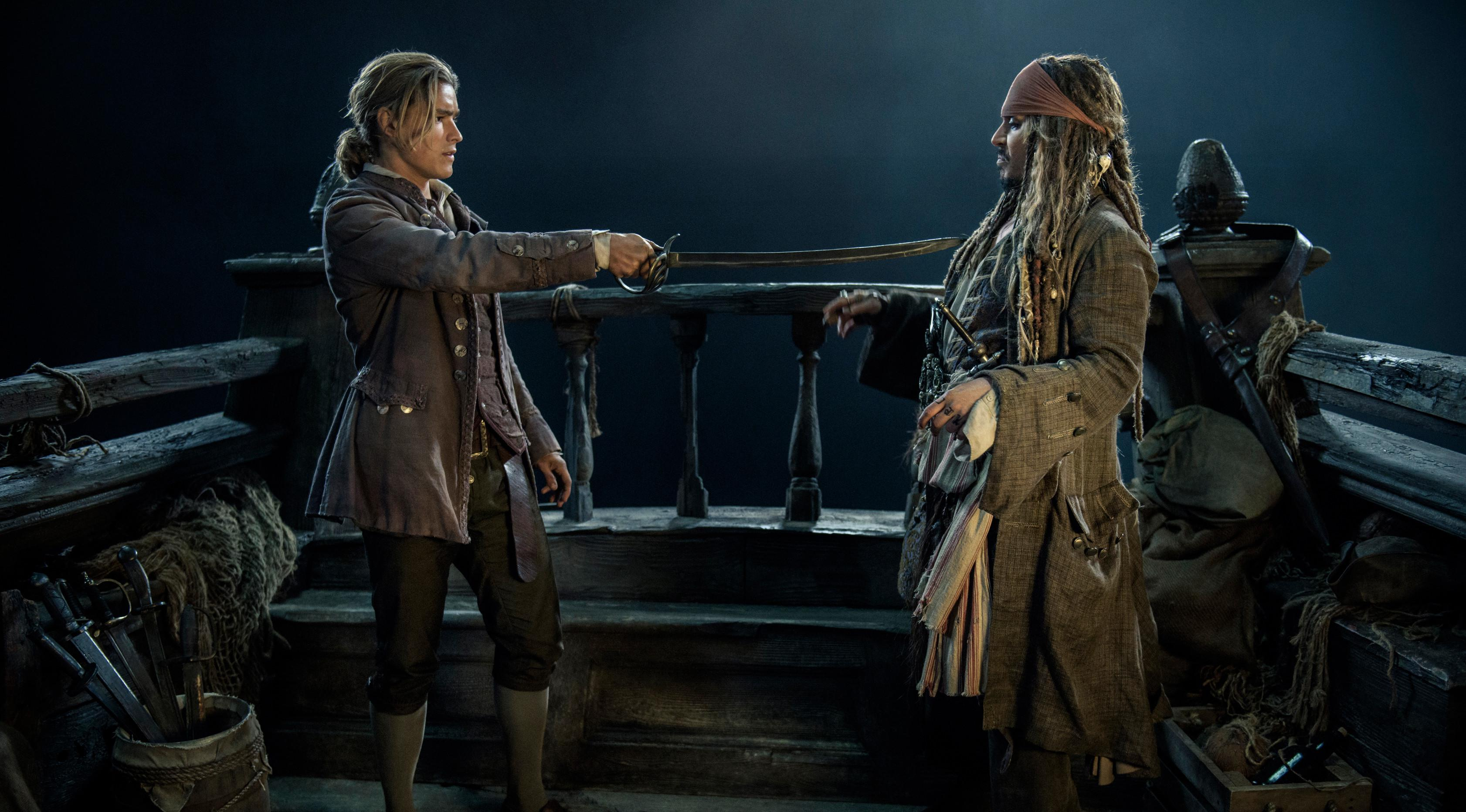 """Henry Turner yang diperankan oleh Brenton Thwaites saat beradegan dengan Jack Sparrow yang diperankan Johnny Depp di Film """"Pirates of the Caribbean: Dead Men Tell No Tales."""" (Peter Mountain / Disney via AP)"""