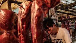 Pedagang memotong daging di Pasar Induk Kramat Jati, Jakarta, Kamis (8/4/2021). Pemerintah melalui Menteri Pertanian Syahrul Yasin Limpo, menegaskan, pihaknya siap melakukan intervensi jika stok daging langka dan terdapat lonjakan harga pada bulan Ramadan. (Liputan6.com/Johan Tallo)