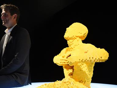 Seniman kontemporer Nathan Sawaya duduk dekat karya seni lego buatannya yang paling terkenal 'Yellow' saat pratinjau pameran The Art of the Brick di California Science Center, Amerika Serikat, Rabu (26/2/2020). Pameran ini akan menampilkan lebih dari 100 karya Nathan. (AP Photo/Chris Pizzello)