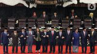 Ketua MPR RI periode 2019-2024 Bambang Soesatyo (keenam kanan) para Wakil Ketua MPR foto bersama usai Rapat Paripurna MOR di kompleks parlemen, Jakarta, Kamis (3/10/2019). Bambang Soesatyo memimpin MPR, setelah Fraksi Gerindra menyatakan sepakat mendukung mantan Ketua DPR. (Liputan6.com/Johan Tallo)