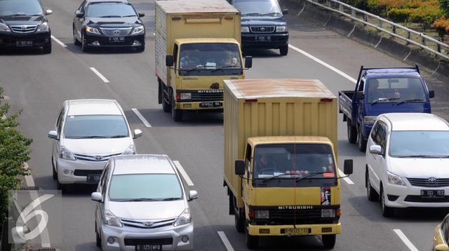 Truk melintas di tol dalam Kota kawasan Senayan, Jakarta, Minggu (25/6). Angkutan barang di atas 2 sumbu seperti truk tronton dan trailer per 1 juli dilarang melintasi jalur tol selama 10 hari. (Liputan6.com/Helmi Affandi)