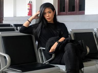 Penampilan Kikan saat berada di salah satu stasiun ini pun terlihat simpel. Mantan vokalis Coklat ini terlihat mengenakan gaya busana yang sangat santai dan tentu saja didominasi dengan warna serba hitam. (Liputan6.com/IG/@kikankikan)