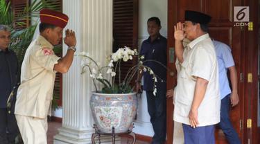 Capres nomor urut 02 Prabowo Subianto (kanan) saat menerima kedatangan Persatuan Purnawirawan Indonesia Raya (PPIR) di Jalan Kertanegara IV, Kebayoran Baru, Jakarta, Kamis (18/4). Para purnawirawan memberi selamat kepada Prabowo setelah mengklaim kemenangan Pemilu 2019. (Liputan6.com/JohanTallo)