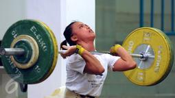 Salah satu lifter wanita saat melakukan latihan angkatan di PB PABBSI, Jakarta, Selasa (21/6/2016). Tim angkat besi dijadwalkan meninggalkan Indonesia, 8 Juli dan berlatih di Afrika Selatan hingga 28 Juli. (Liputan6.com/Helmi Fithriansyah)
