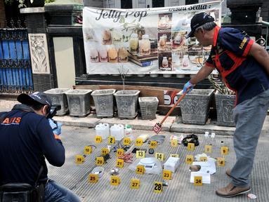 Tim Laboratorium Forensik (Labfor) Bareskrim Polri mengidentifikasi barang bukti yang ditemukan di rumah terduga teroris di Jalan Belibis V, Semper Barat, Cilincing, Jakarta, Senin (23/9/2019). Polisi menemukan sejumlah bahan perakit bom dalam penggerebekan tersebut. (merdeka.com/Iqbal Nugroho)