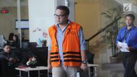 Mantan Direktur PT Murakabi Sejahtera, Irvanto Hendra Pambudi berjalan bergegas seusai menjalani pemeriksaan di gedung KPK, Jakarta, Selasa (10/4). Keponakan Setya Novanto itu menjalani pemeriksaan sebagai tersangka korupsi E-KTP (Merdeka.com/Dwi Narwoko)