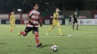 Gelandang Madura United, Bayu Gatra, saat melawan Bhayangkara FC pada laga Liga 1 di Stadion PTIK, Jakarta, Kamis, (07/6/2018). Bhayangkara FC menang 1-0 atas Madura United. (Bola.com/M Iqbal Ichsan)