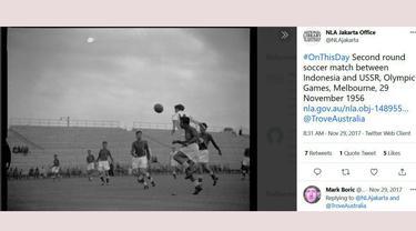 Skuat Garuda menghadapi Timnas Uni Soviet saat babak perempat final sepak bola Olimpiade Melbourne 1956. (Foto: Tangkapan Layar akun Twitter @NLAjakarta)