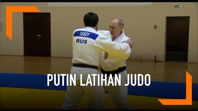 Vladimir Putin mengikuti latihan judo bersama para atlet nasional Rusia. Judo adalah salah satu olahraga kegemaran Putin.