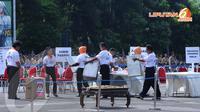Dalam simulasi pemilu tampak petugas KPPS sedang mempersiapkan TPS di Lapangan Polda Metro Jaya, Jakarta, Senin (7/4/2014) (Liputan6.com/Andrian M Tunay).