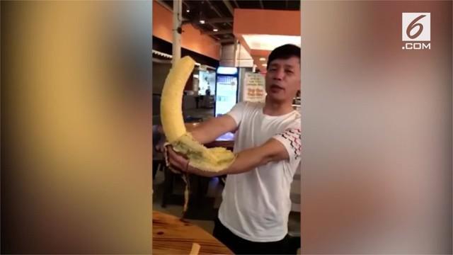 Seorang turis asal China menemukan pisang raksasa saat dalam perjalanan ke Papua Nugini. Pisang tersebut memiliki panjang 30 cm.