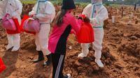 Penggali makam jenazah Covid-19 di TPU Pedurenan mendapatkan paket sembako yang diberikan Ketua Bhayangkari Daerah Metro Jaya. (dokumentasi Polda Metro Jaya)