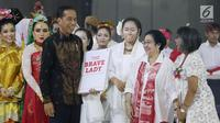 Presiden Joko Widodo menghadiahi buku pada HUT ke-72 Ketua Umum PDIP Megawati Soekarnoputri di Grand Sahid Jakarta, Rabu (23/1). Para menteri Kabinet Gotong Royong menghadiahkan buku berjudul The Brave Lady kepada Megawati. (Liputan6.com/Angga Yuniar)