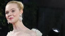 Aktris Elle Fanning berpose untuk fotografer saat menghadiri gala premiere film 'Maleficent Mistress of Evil' di London, Rabu (9/10/2019). Pemeran Aurora dalam film Maleficent itu tampil memukau dalam balutan gaun strapless panjang berwarna hijau pucat. (Photo by ISABEL INFANTES / AFP)
