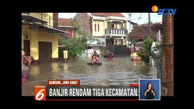 Luapan air hingga setinggi satu meter rendam ribuan rumah dari tiga kecamatan di Bandung, Jawa Barat.