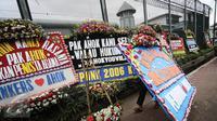 Pekerja membawa karangan bunga pesanan dari pendukung Basuki Tjahaja Purnama atau Ahok di depan Rutan Cipinang, Jakarta, Rabu (10/5). Karangan bunga terus berdatangan, meski Ahok sudah dipindahkan ke Rutan Mako Brimob, Depok. (Liputan6.com/Faizal Fanani)